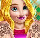 Princesa pintar unha e tatuar