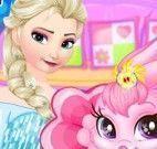 Elsa cuidar da coelha