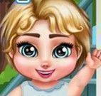 Bebê na cama elática