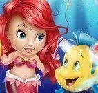 Ariel bebê cuidar do peixe