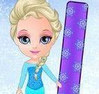 Bebê Elsa esquiar