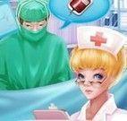 Médico e enfermeira na cirurgia