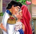 Pequena Sereia e príncipe beijar