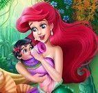 Mamãe Ariel cuidar do bebê