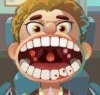 Cuidar dos dentes do garotinho