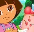 Dora cuidar do pé machucado