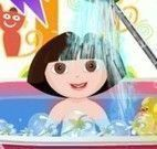 Dora bebê na banheira de espuma