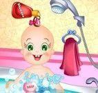 Banho do bebê na  banheira de espuma
