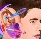 Justin Bieber médido do ouvido infectado
