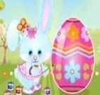 Vestir o coelho e pintar o ovo da Páscoa