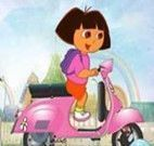 Dora andando de Motocicleta